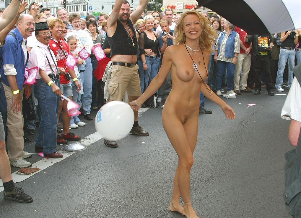 Фото голых девушек в общественных местах
